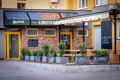 Venkovní zahrádka z ulice - restaurace České Budějovice