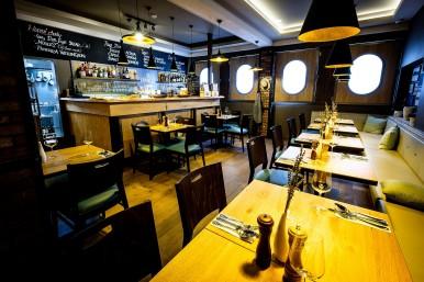 Interiér stoly a bar - restaurace České Budějovice