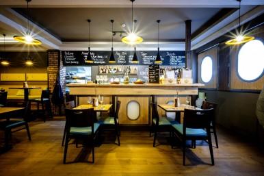 Interiér bar a stoly - restaurace České Budějovice